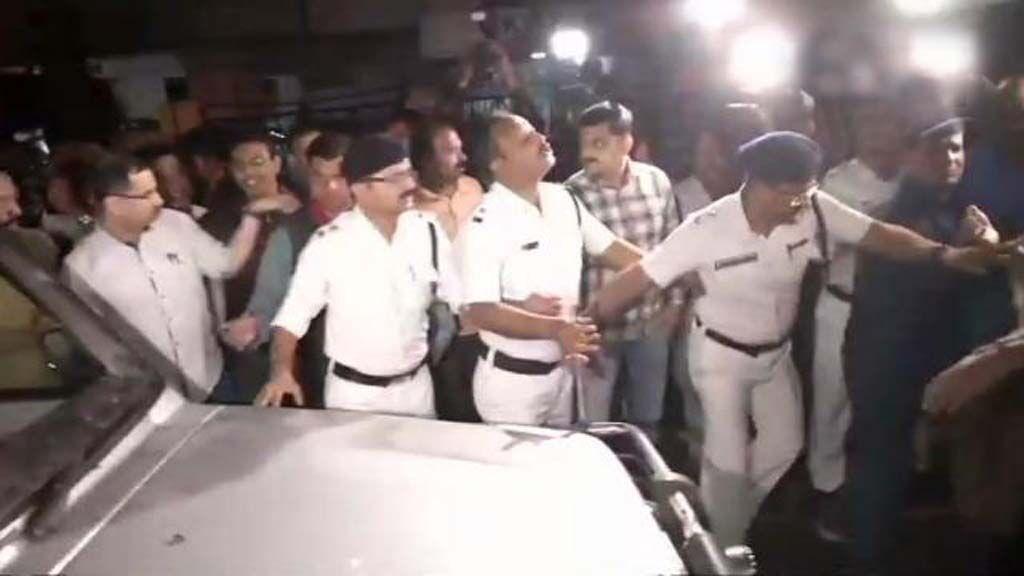 शारदा चिटफंड घोटाले: कोलकाता गए सीबीआई अधिकारी कोलकाता पुलिस द्वारा गिरफ्तार, भ्रष्ट कमिश्नर के बचाव में ममता