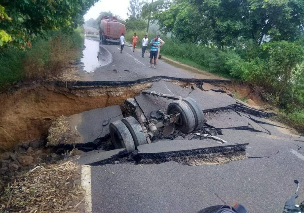 सहारनपुर में भूस्खलन : रुड़की-देवबंद मार्ग पर जमीन धसने से टैंकर जमीन में समाया
